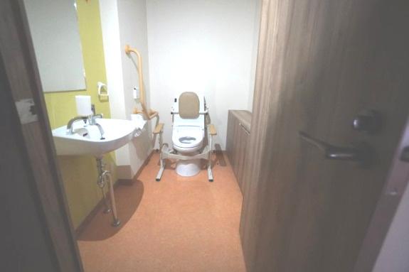 1階部分のトイレは、高齢者や車いすの方用に広く作られています。