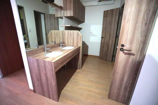1階部分の洗面所は2つ設置されています。