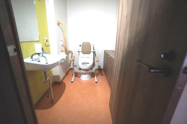 1階トイレには、高齢者や車いすの方でも使いやすいトイレを設置。