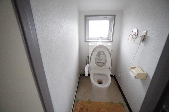 ウォシュレット付きのトイレに窓もあるので、明るいですね。
