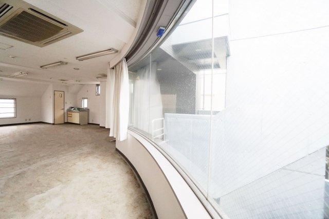窓が大きいので、もしもエステサロンや美容室の店舗利用なら、間違いなくこの辺に接客スペースを作りたくなりますね!