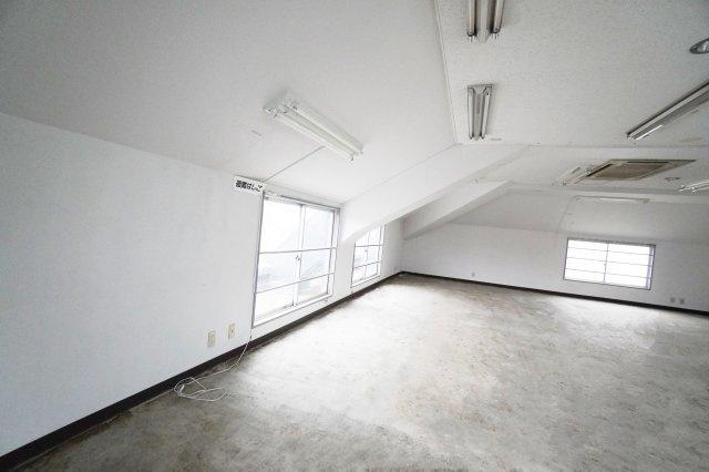 こちらにも窓がついています。天井が角度がついているので、エステサロンなど、個室を作るならこの辺がおススメですね。