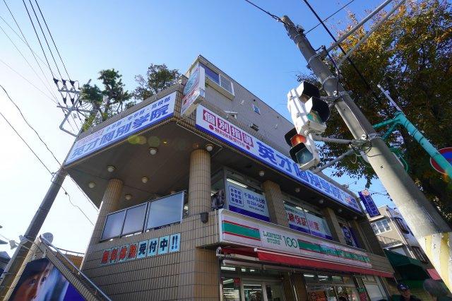 通りを挟んですぐ近くには100円ローソンがあります。これもオフィスや店舗の近くにあると便利ですよね。