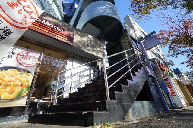 入口は、高級感のある階段がお出迎え