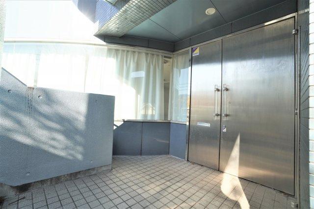 重厚感と高級感のあるしっかりとしたエントランス扉ですので、ビジネス来訪者への印象も良いですね。