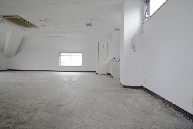 床はコンクリートむき出しなので、このまま使うのもありですね!もちろんOA床やフロアーマットを敷き詰めてもいいです。