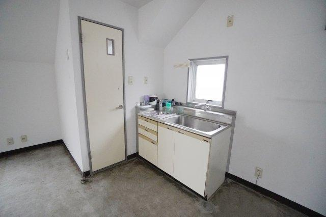 事務所にあると何かと便利なキッチンも備え付けられています。