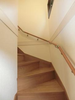 階段の途中にも小窓があり採光があります。