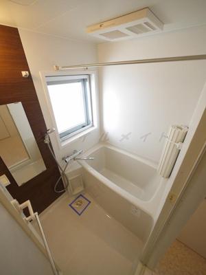 雨の日も安心な浴室乾燥機能・窓付きのバスルームです。