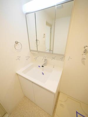 朝の身支度に便利な独立洗面台・シャンプードレッサー・三面鏡。