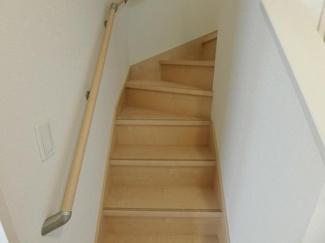 階段も採光があり明るいです。 (同社施工例)