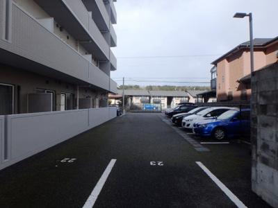 敷地内駐車場は空き区画ございます。