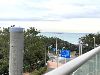 バルコニーからは海が見えます