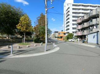 前面道路も広々♪ 閑静な住宅街です。
