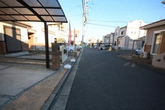 前面道路も広々していい開発地内です ぜひご見学くださいね。