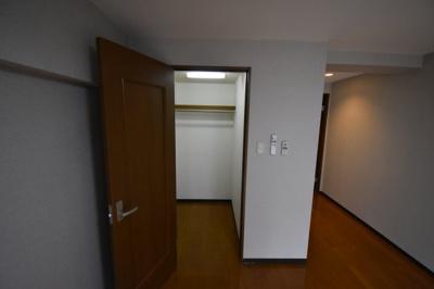 この部屋自慢のウォークインクローゼット完備です。