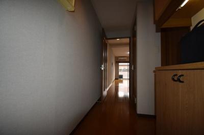 玄関スペース広めにとっております。