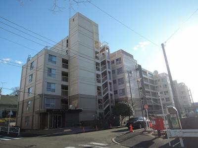 横浜市営地下鉄ブルーライン「新横浜」駅徒歩10分・「岸根公園」駅徒歩10分と好立地。