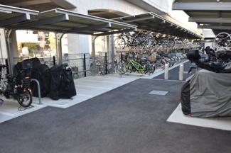 屋根付きバイク置き場です