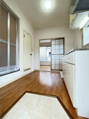 玄関から室内への景観です!キッチンと洋室の間には扉があるので冷暖房効率がいいですね!