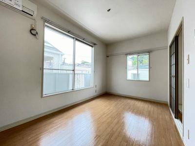 バルコニーに繋がる南西向き角部屋二面採光洋室6.2帖のお部屋です!エアコン付きで1年中快適に過ごせますね☆壁にはピクチャーレールがあり、絵や写真が飾れます☆