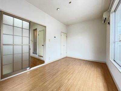 ガスコンロ設置可能のキッチンです☆ご自身でお好きなタイプのガスコンロをご用意いただけます!換気のできる窓付きでお料理の匂いもこもりません!