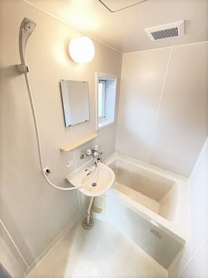 バスルームは洗面台付きの2点ユニットです♪浴室には窓があるので湿気対策OK!お風呂に浸かって一日の疲れもすっきりリフレッシュ♪