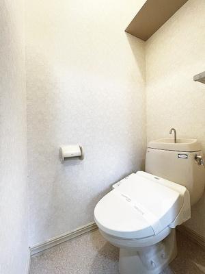 人気のシャワートイレ・バストイレ別です♪上部にはトイレットペーパーなどの小物を置ける棚付きです♪