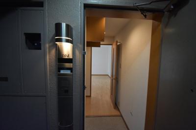 それではお部屋をご案内させて頂きます。お部屋は最上階3階の304号室です