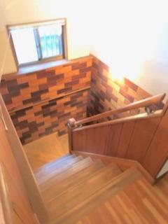 開放的な吹き抜けと腰高の階段室