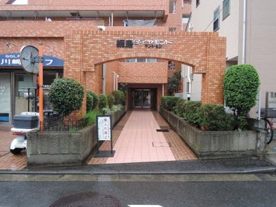 横浜市営地下鉄グリーンライン「東山田」駅徒歩10分・「高田」駅徒歩12分。 日勤管理なのでエントランスもきれいです。