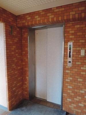 お買い物時やベビーカーの出し入れに便利なエレベーター付。 2階まで楽ちんです。