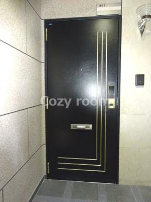 重厚なドアにテンキー錠なので安心ですね(^-^)
