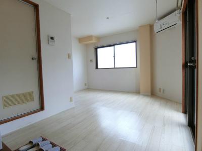 玄関から室内への景観です!玄関を入ってすぐに洋室7.8帖のお部屋があります♪