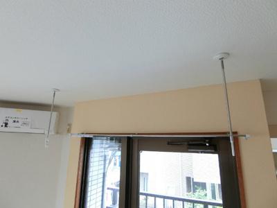 洋室7.8帖のお部屋にある室内物干しです!雨の日やお出掛け時の室内干しにとても便利☆花粉や梅雨の時期に重宝しますね♪