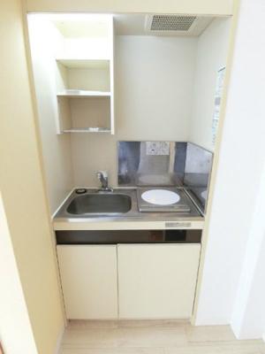 白を基調としたキッチンです!場所を取るお鍋やお皿もすっきり収納できます♪