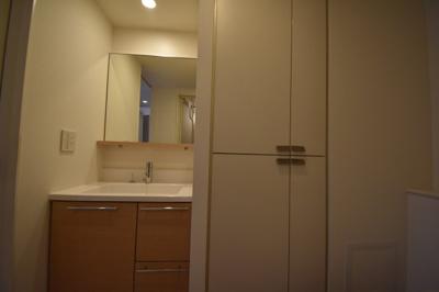 大きな独立洗面台です。