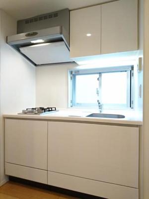 この部屋自慢のキッチンです 窓もあってとても明るいですね。