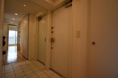 玄関に姿見の鏡もあって素敵です