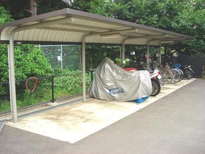 屋根付きの駐輪場・バイク置場で雨が降っても安心♪自転車やバイクがあれば通勤・通学、お買い物にも便利です☆