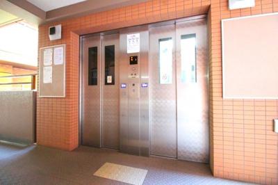 エレベーターが《2基》あり順番待ちが緩和されます。得に忙しい出勤前などは助かりますね。