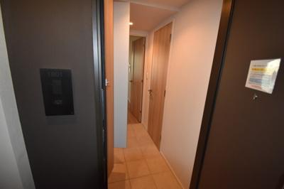 それではお部屋をご案内致します。お部屋は18階角部屋となります。