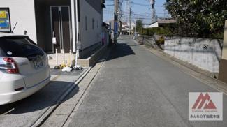 前面道路に広く面した敷地で車の離合も安心