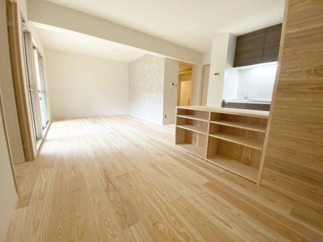 女性デザイナーと一級建築士が手掛けたリノベーション。 白木のシンプルな美しさがひきたつ内装で、どのお部屋も収納充実の使いやすいお部屋になりました