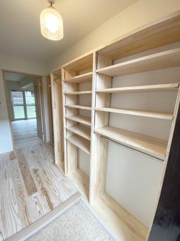 玄関の収納もオープンタイプ お気に入りの靴を飾るように収納したり、ポップなカラーのBOXを置くのもおススメ