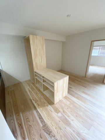 キッチンのカウンターとして、収納力のある棚を造り付けました よく使う食器や調理器具を収納して、いつでも使いやすく