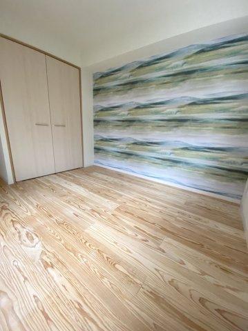 居室は木目を活かしたフローリングと、個性的なアクセントクロスで印象的に