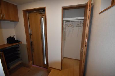 玄関に収納が多くございます。