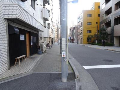 中銀第2東上野マンシオン エントランス前の道路