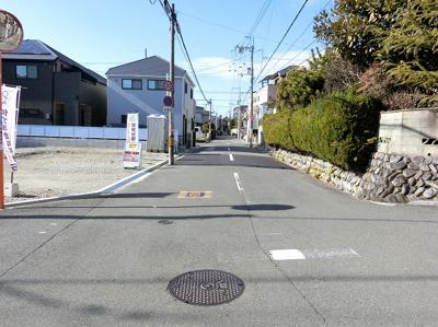 現地(2020年1月)撮影 分かりやすく、各号地にロープを設置しました♪ 前面道路、広々6メートル♪